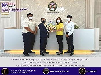 ผอ.ศูนย์แห่งความเป็นเลิศฯ นำทีมบุคลากร มอบช่อดอกไม้แสดงความยินดี รักษาการผู้อำนวยการสำนักงานอธิการบดี