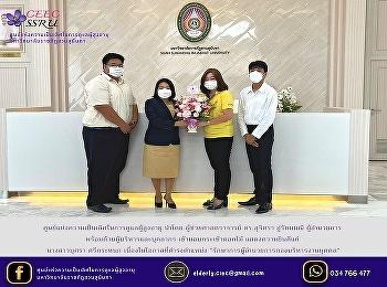 ผอ.ศูนย์แห่งความเป็นเลิศฯ นำทีมบุคลากร มอบช่อดอกไม้แสดงความยินดี รักษาการผู้อำนวยการกองบริหารงานบุคคล